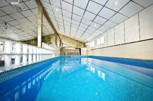 Uima-allas jossa mahtuu uimaankin.