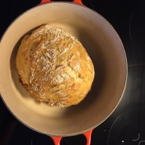 Kaverit pääsi torstaina maistelemaan mun ensimmäistä itse leipomaani pataleipää. :)