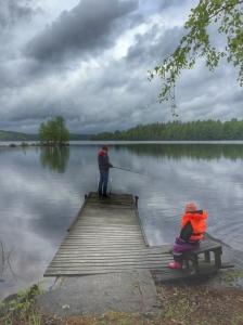 """""""Mofa kan du fiska en fisk åt mig"""", totesi pikku Minea vaarilleen tovin kalasteltuaan :)"""